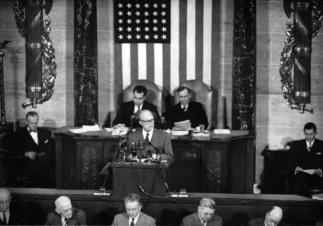 艾森豪總統1953年2月2日首度向國會參眾兩院聯席會議發表國情咨文。 (美聯社)