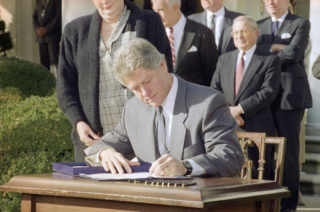 柯林頓總統1993年2月6日在白宮玫瑰花園簽署「家人病假法」。 (美聯社)