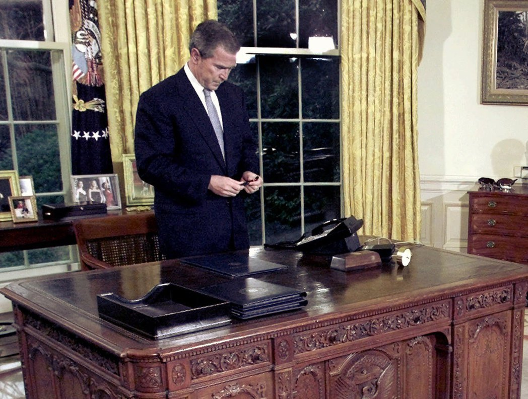 小布希總統2001年2月15日在白宮簽署慶祝雷根90大壽的聯合決議後低頭沉思。 ...
