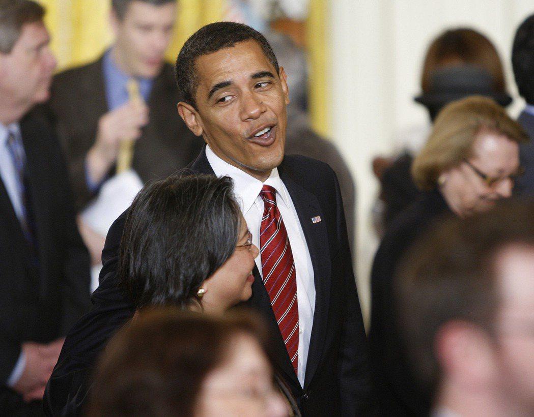 歐巴馬總統2009年1月30日在白宮東廂與幕僚談笑。 (美聯社)