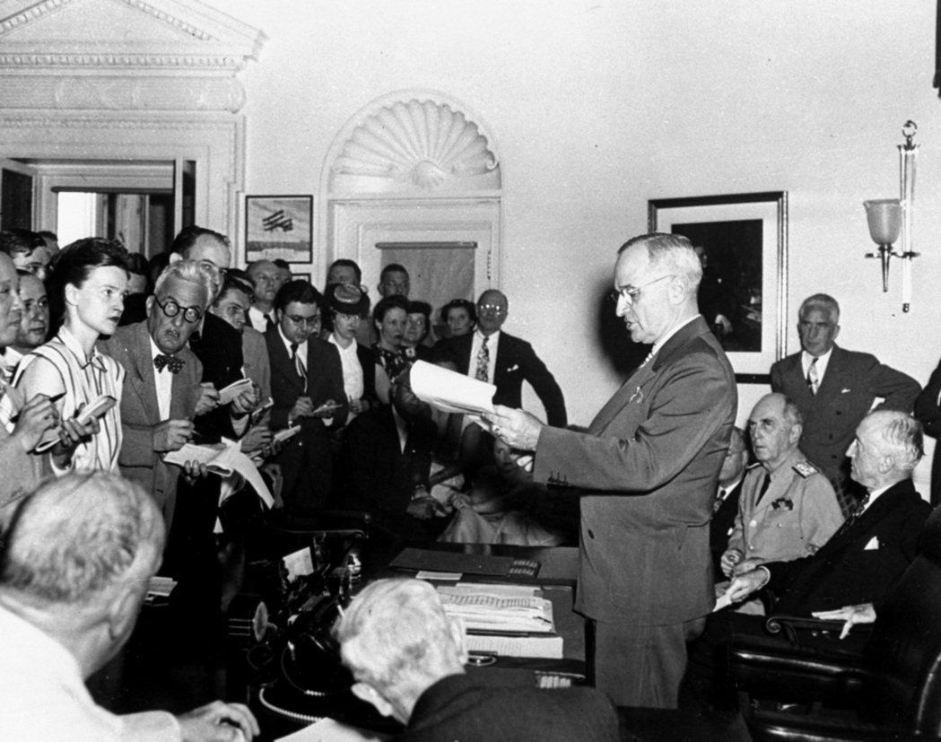 杜魯門總統1945年8月14日在白宮向記者宣布日本投降,二次大戰結束。 (美聯社...
