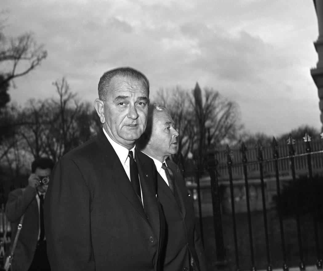 詹森總統1963年11月23日繼任總統第一天下班後,離開白宮,走回旁邊的副總統辦...