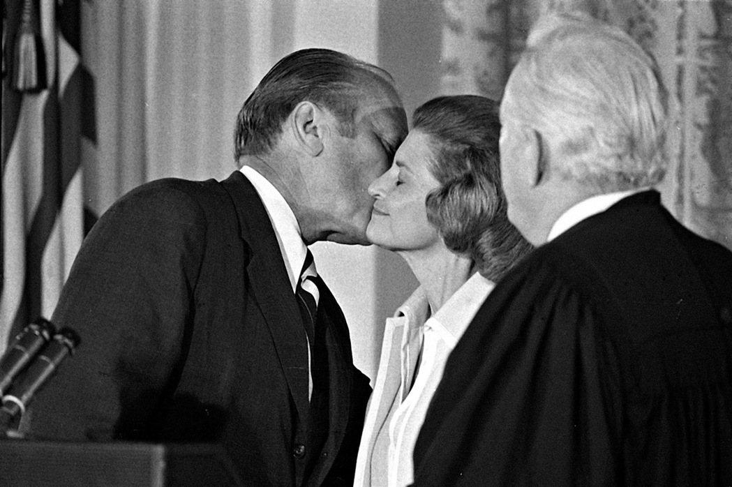 福特總統1974年8月9日宣誓就職後,親吻妻子貝蒂。 (美聯社)
