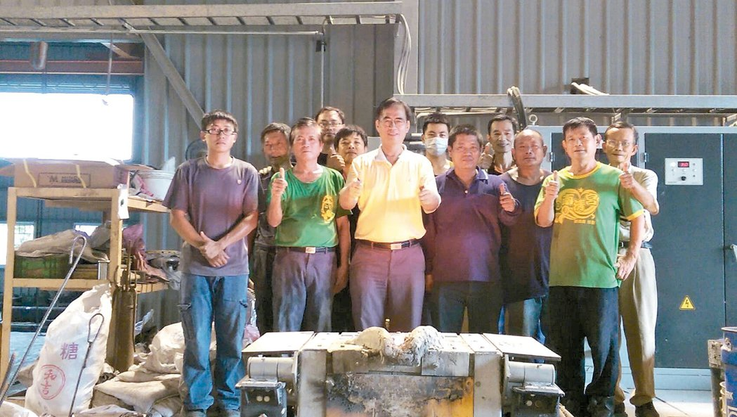 精工鑄造總經理梁正華(前排左三)帶領著團隊提供多元的服務。 莊智強/攝影