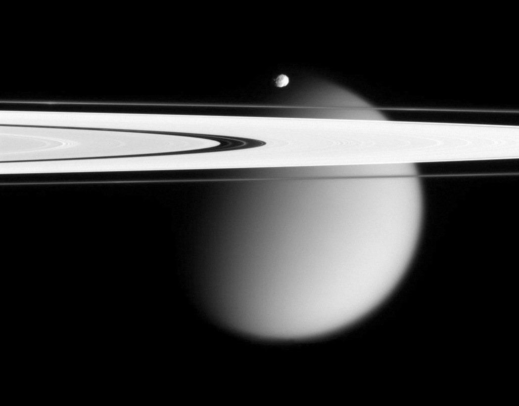 美國國家航空暨太空總署表示,無人太空船「卡西尼號」安全衝過土星與土星環之間區域,...