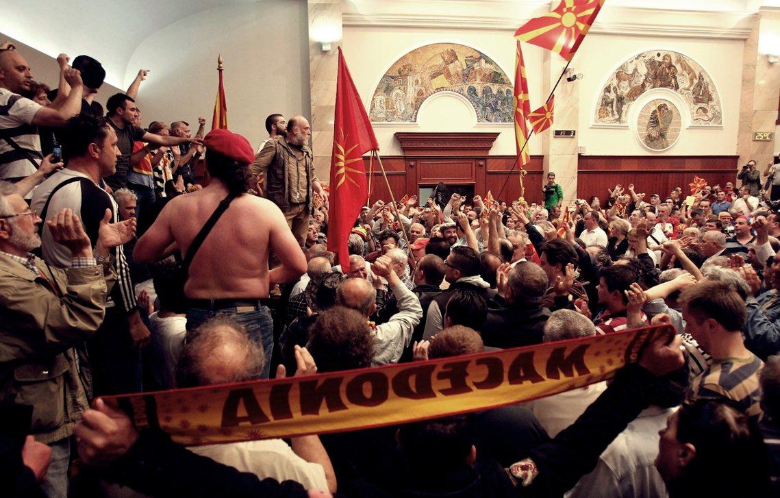 被突襲的國會,這場撼動巴爾幹的政治騷動,只是過去兩年馬其頓共和國政壇亂鬥的結果之...