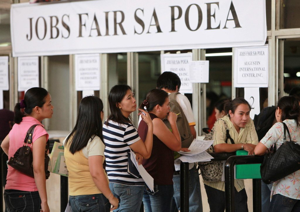 短期契約工是菲國的勞動常態,若想要找長期有保障的工作,只有出國一途。 圖/歐新社