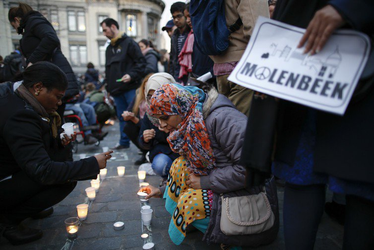 Molenbeek居民為恐攻罹難者點上蠟燭。圖/EPA/Olivier Hosl...