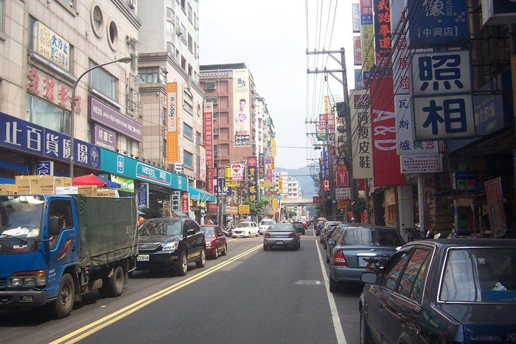 汐止中興路商圈去年有多筆店面以一坪逾百萬元成交。 經濟日報 記者游智文/攝影
