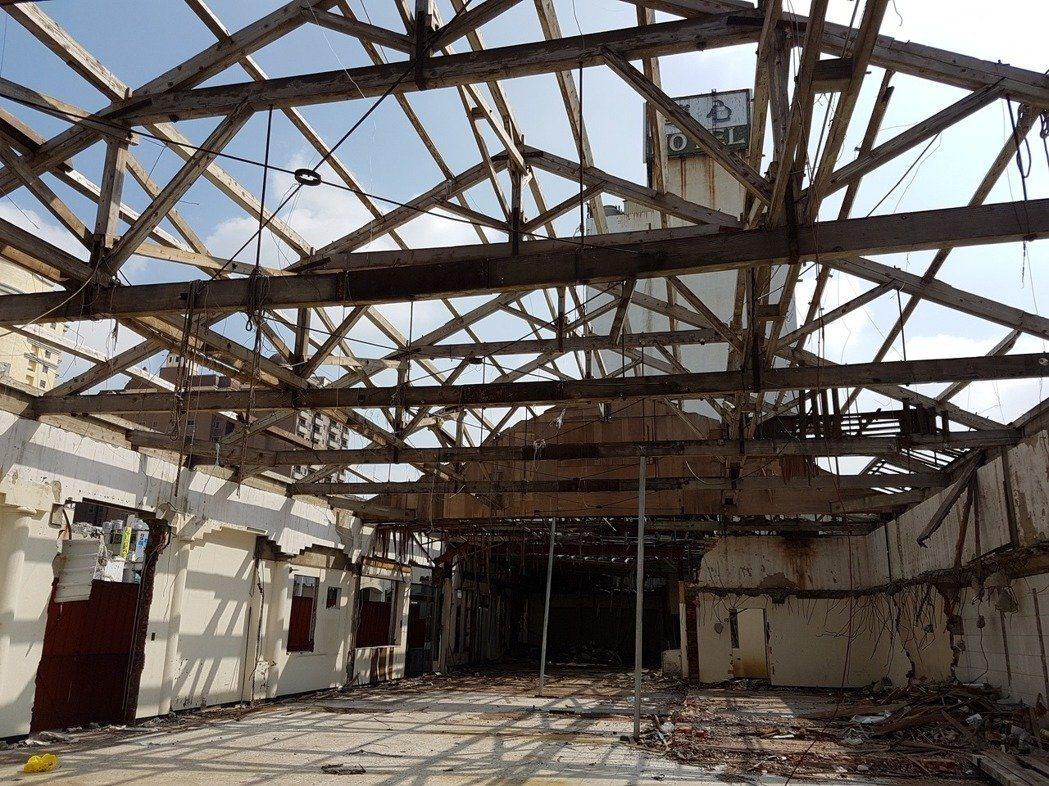 2016年10月舊魚市場樣貌。目前魚市場屋頂已被拆除,木構架也因應颱風而先被移置...