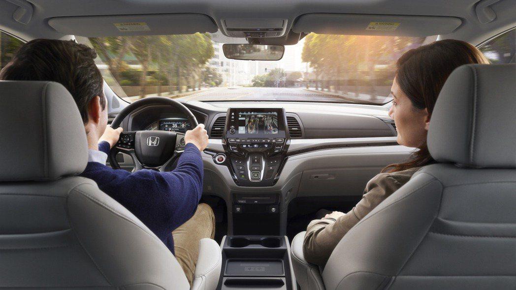 Honda Odyssey 也新增 Cabin Watch 車室監控與 Cabin Talk 車室通話功能,使前座乘客可透過音響與觸控螢幕監看後座乘員活動,並提供更便利的對話方式。 摘自 Honda