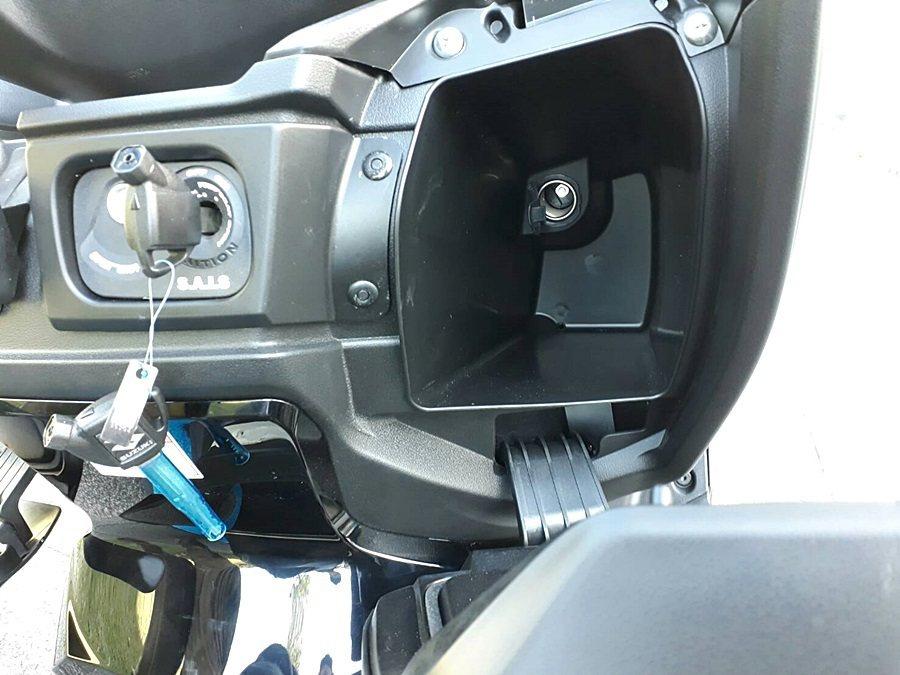 右邊手套箱附有12V充電座。 記者林和謙/攝影