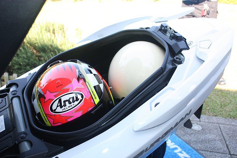 42公升車箱可放下全罩安全帽與3/4安全帽各一頂。 記者林和謙/攝影
