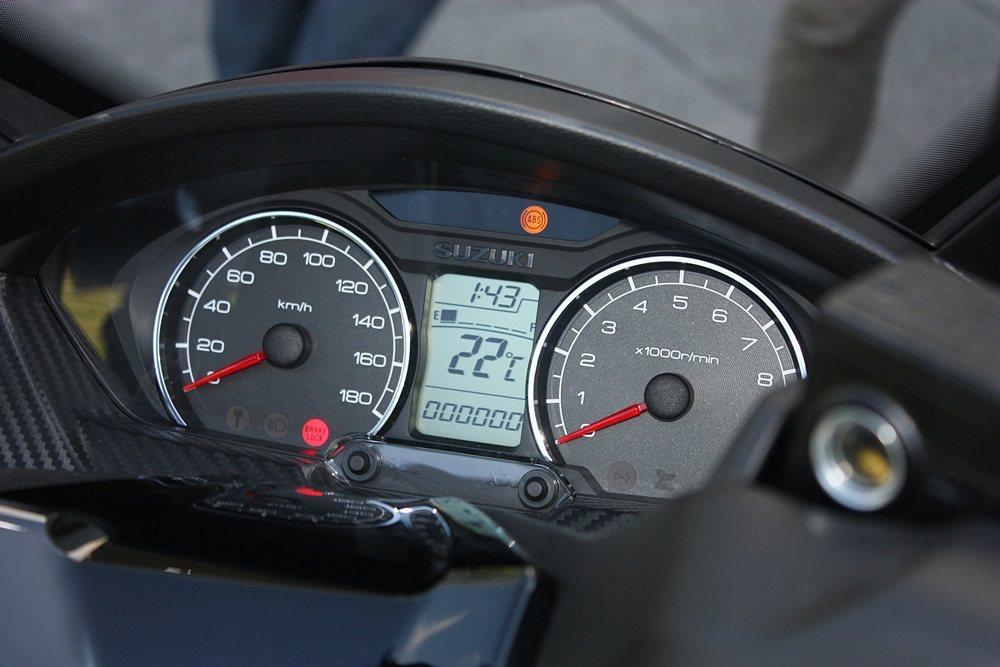 雙儀表板與中央資訊顯示幕清晰度高好辨識,中央資訊顯示幕可顯示時間、溫度、油量、里程等。 記者林和謙/攝影