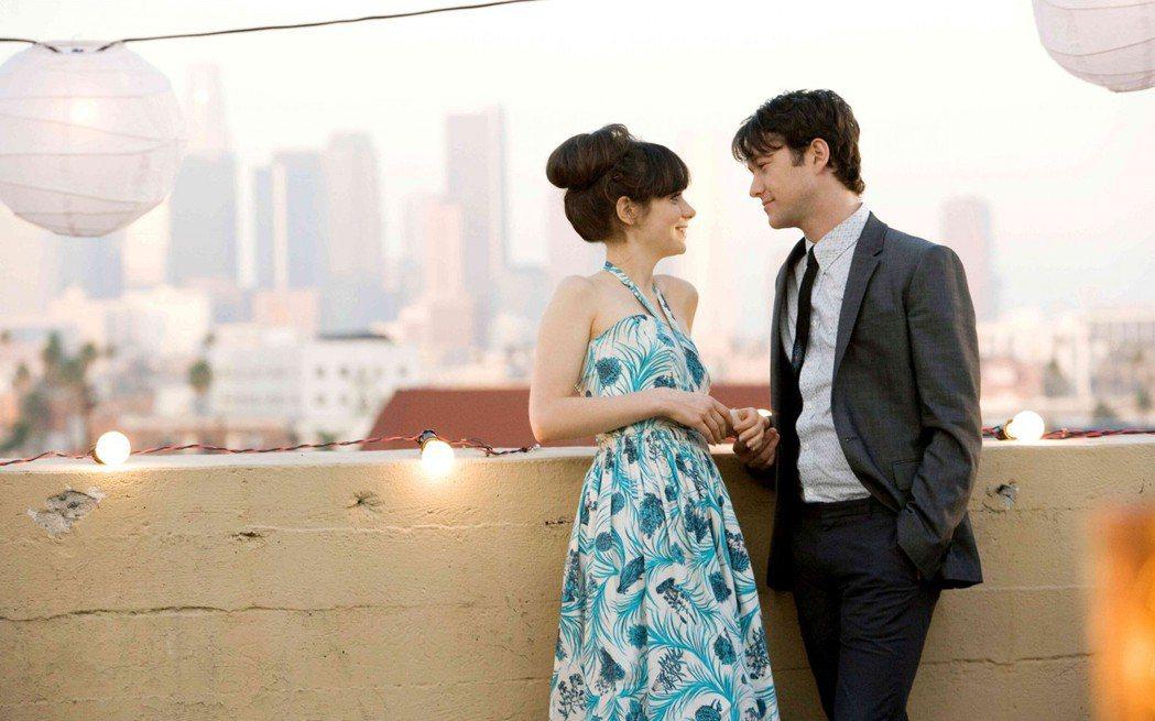 喬瑟夫高登李維(右)與柔伊香黛絲(左)在「戀夏500日」中演出情侶。圖/福斯提供