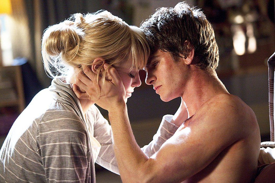 安德魯加菲(右)與艾瑪史東(左)因為演出「蜘蛛人驚奇再起」而陷入熱戀。圖/索尼提...