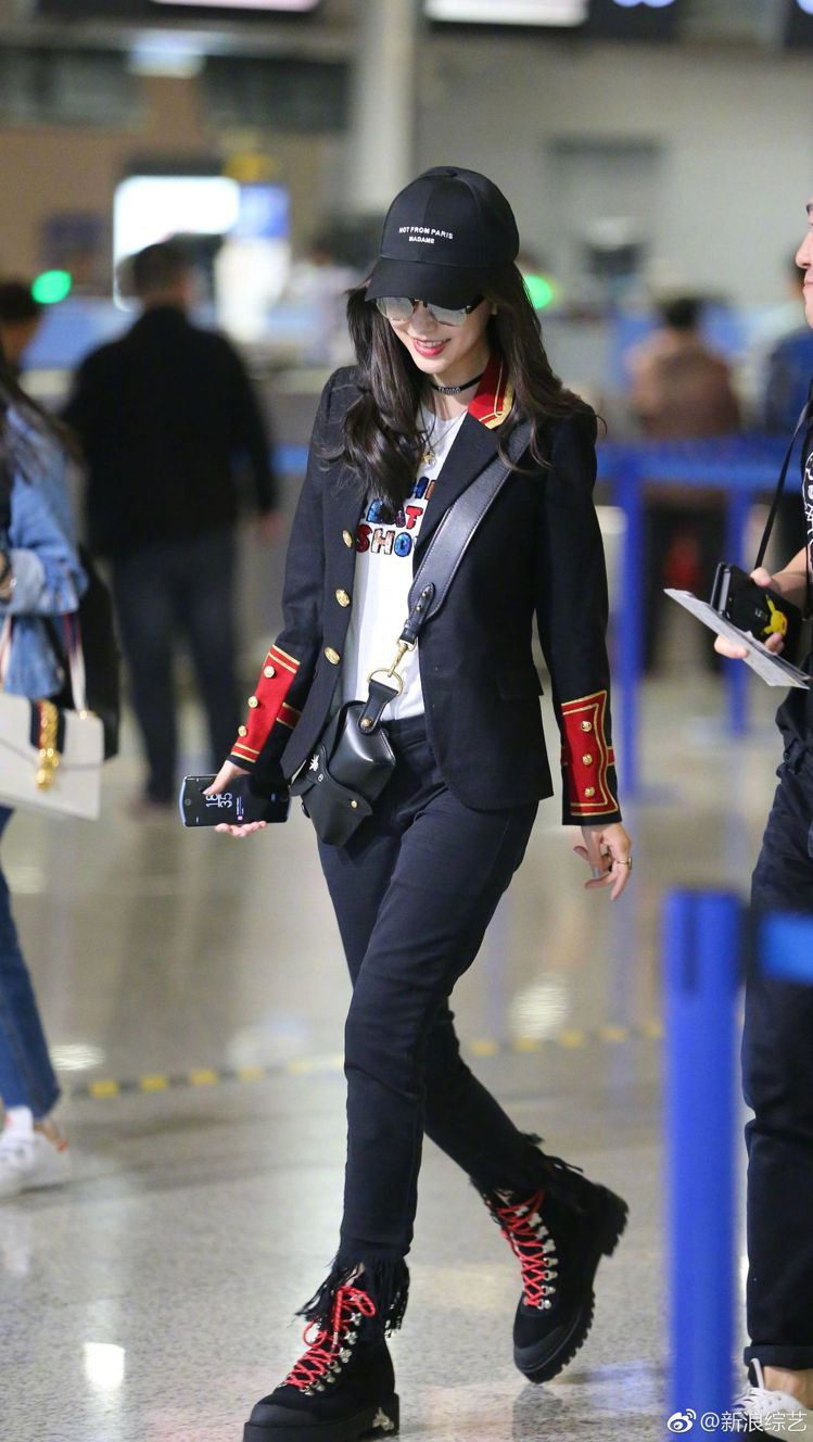 Angelababy日前以YSL軍裝外套搭襯DIOR D-Bee包款。圖/取自微...