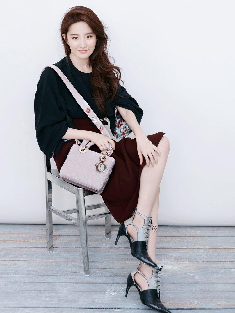 劉亦菲也曾與Angelababy同期詮釋Lady Dior包款。圖/取自twit...