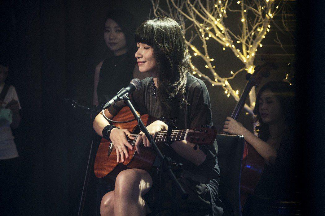 李千娜在「通靈少女」中自彈自唱「不曾回來過」。圖/HBO Asia、公視提供