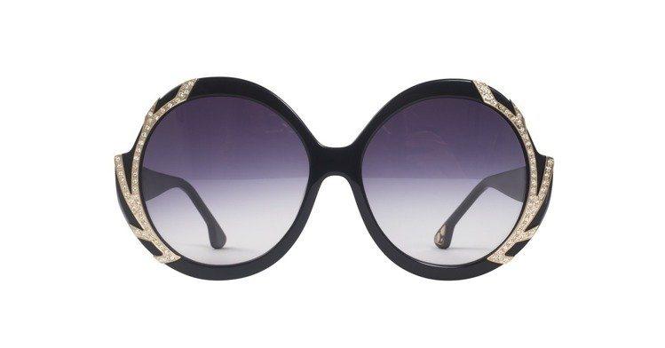 水鑽飾邊太陽眼鏡,15,900元。圖/Alice+Olivia提供