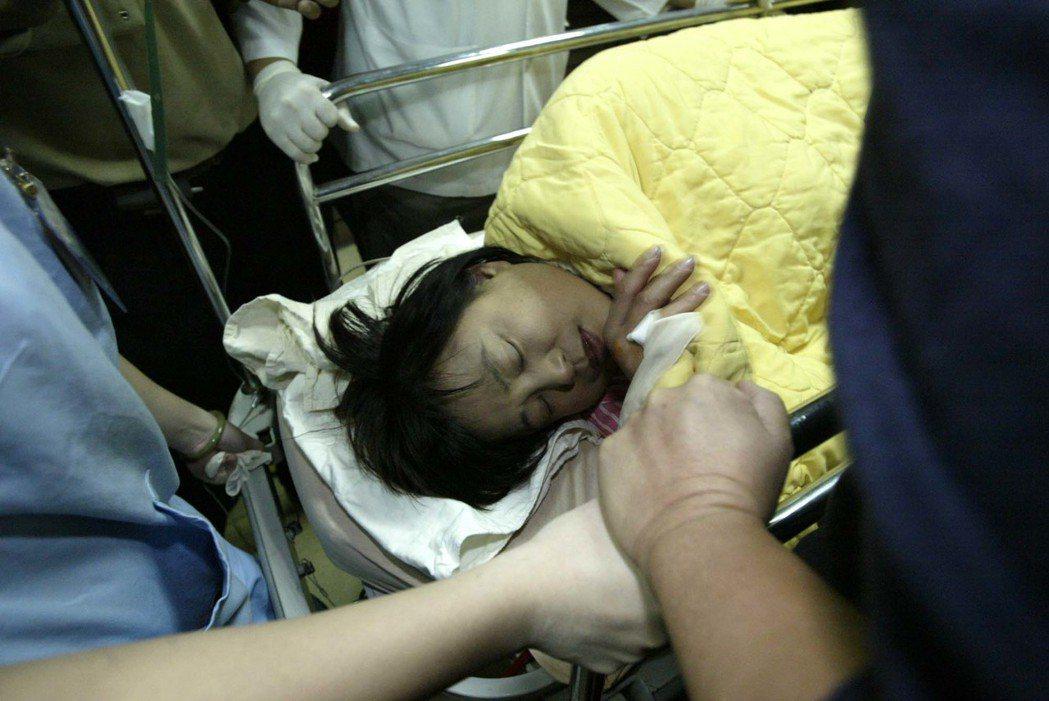2004年10月,沈智慧在台中市榮民節活動上遭受攻擊送醫。 圖/報系資料照