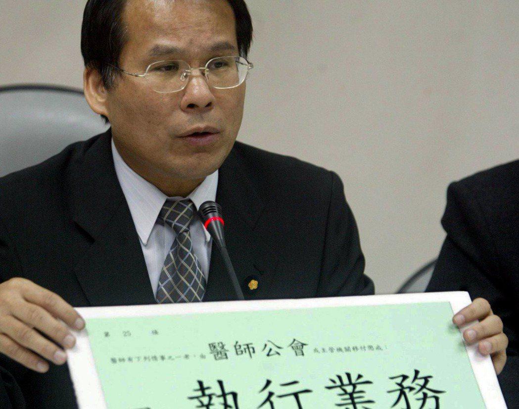 2005年台中市長投票前夕,民進黨立委林進興公布胡志強病歷,還說自己是高雄眾所皆知最有醫德的醫生。 (圖/報系資料照片)