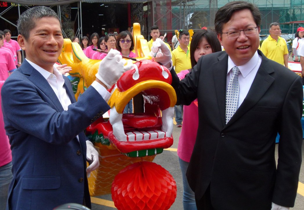 桃園市長鄭文燦(右)因前瞻計畫公聽會遇推擠「肋骨斷兩根」,意外引發藍綠互槓。 (圖/報系資料照片)