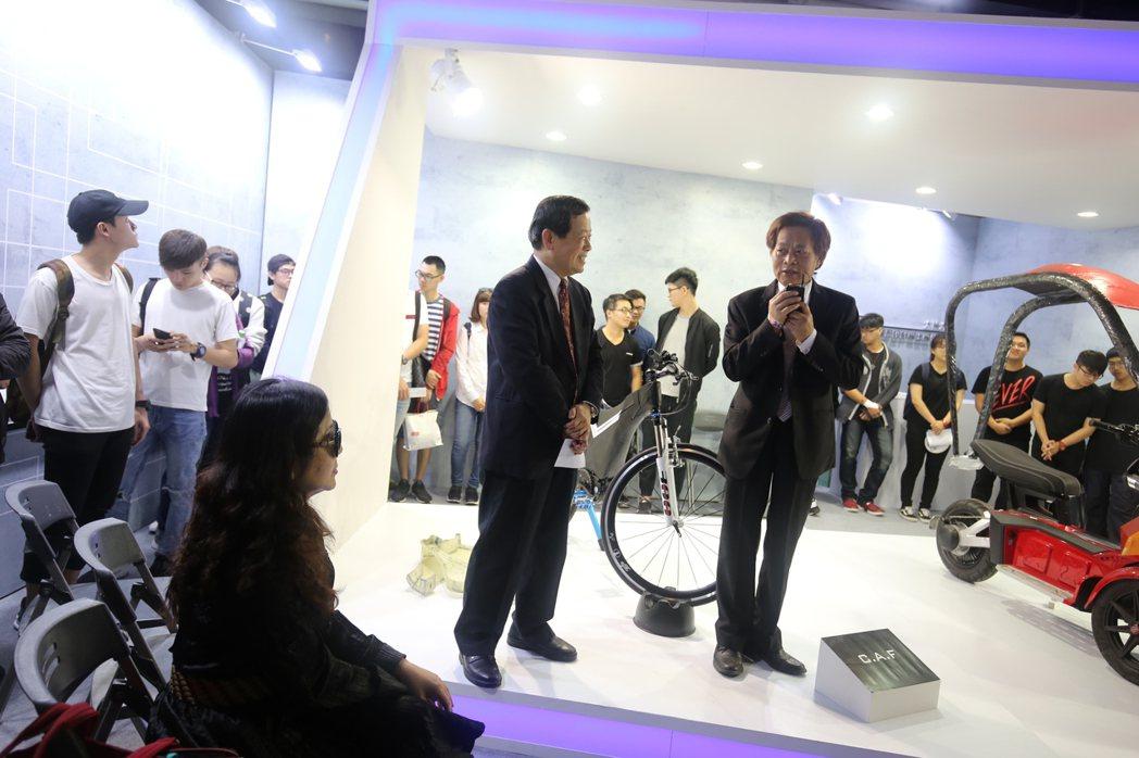 大葉大學校長歐嘉瑞(左)表示,學校積極推動各項產學合作,與偉馳公司合作,以3D列...