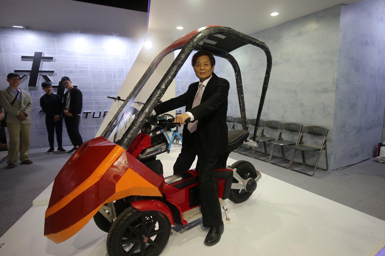 偉馳能源高科技是合作計劃的主要廠商,董事長吳宗興興奮地登坐上電動車,展現英姿。 ...