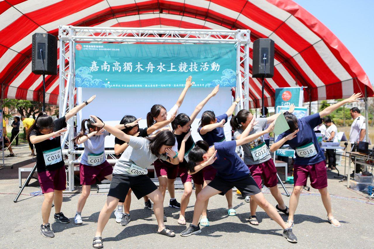 爭取第一屆嘉南高獨木舟賽冠軍,嘉義女中學生比賽前搞笑誓師。 圖/中信提供