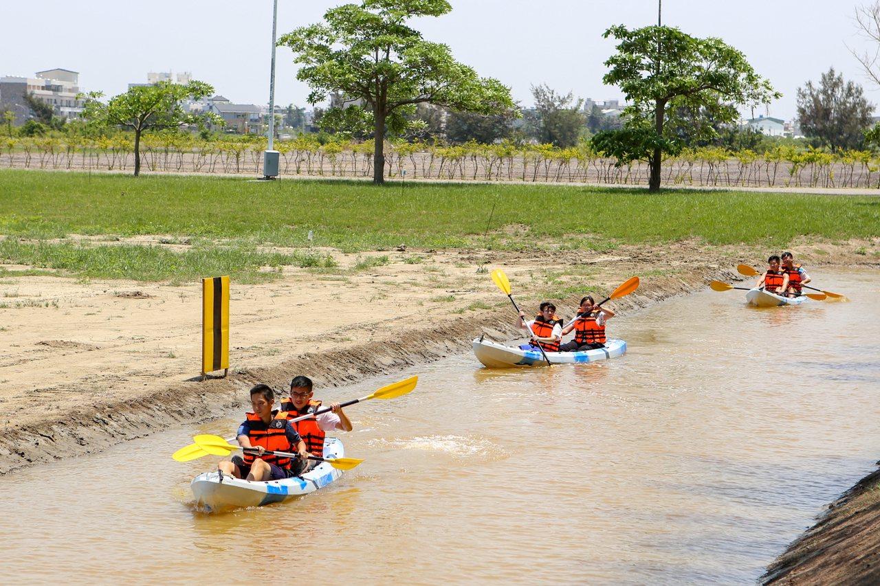 嘉南高學生在陽光下揮汗開划,但初上場划船技術略顯生澀。 圖/中信提供