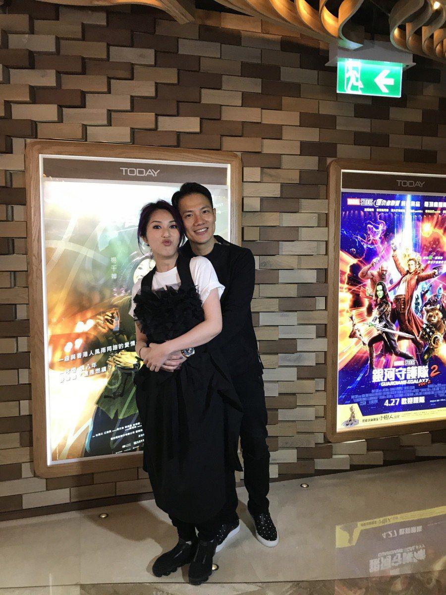 楊千嬅與老公丁子高為「春嬌救志明」的好票房開心。圖/華映提供