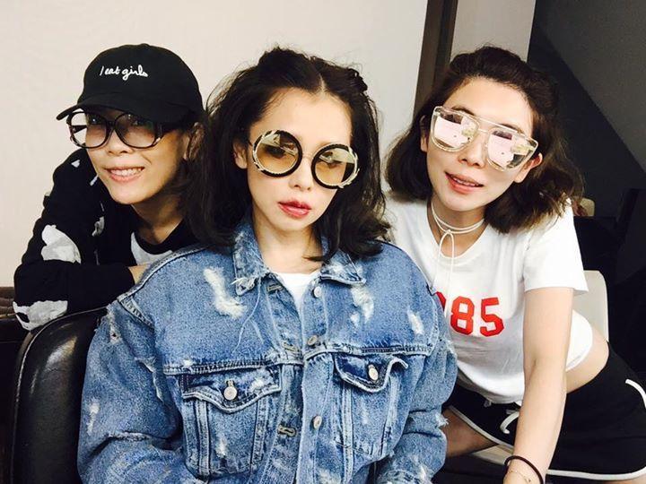 徐若瑄穿著復古的牛仔夾克,配Alice+Olivia墨鏡。圖/摘自徐若瑄臉書