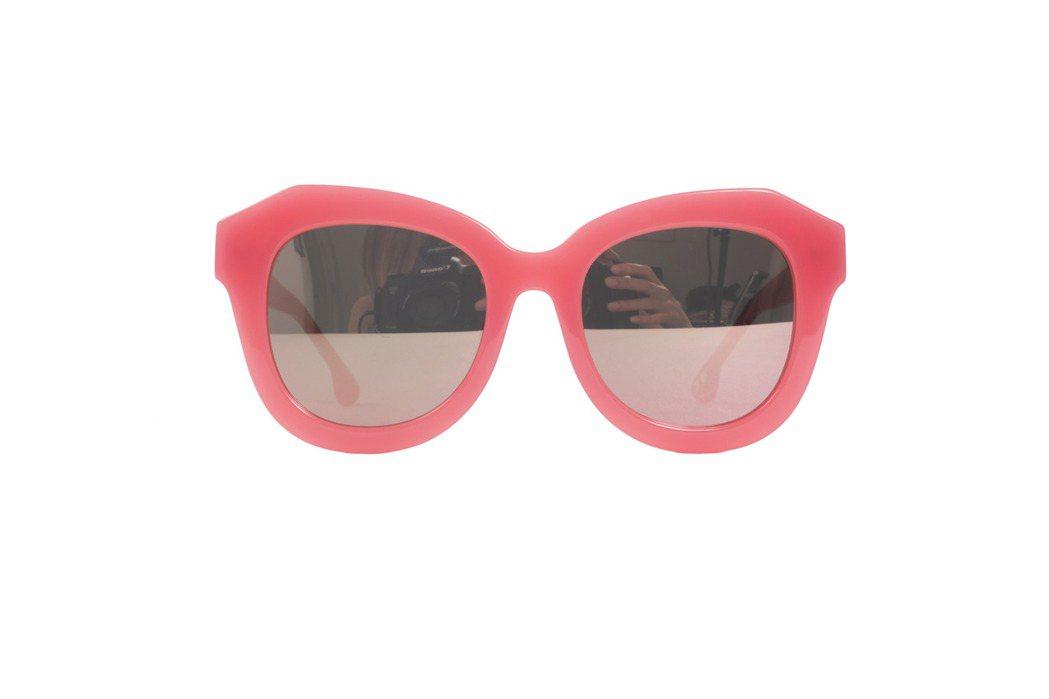 霓虹粉鏡框太陽眼鏡,10,900元。圖/Alice+Olivia提供
