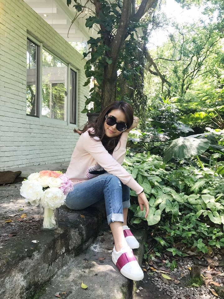 林心如戴Alice+Olivia墨鏡,穿Valentino的桃紅裝飾白球鞋搭配牛...