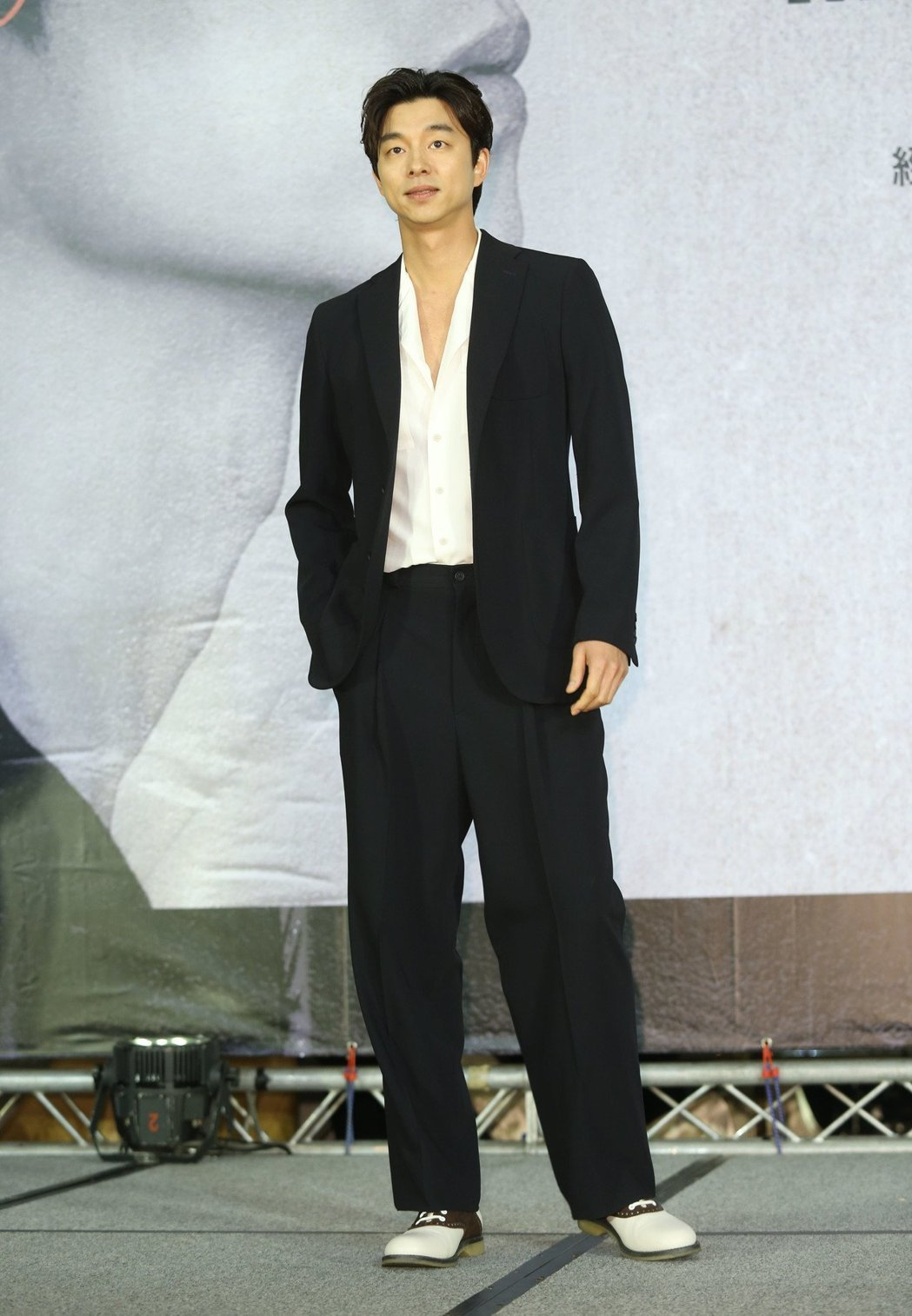 孔劉穿義大利時尚品牌Bottega Veneta春夏男裝,較寬鬆的黑西裝線條搭配...