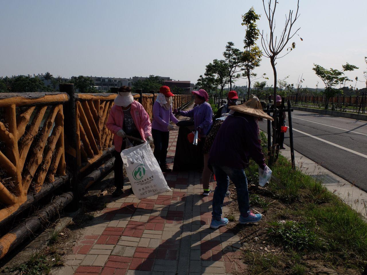 阿嬤志工發起打掃家鄉運動。圖/志工林翊涵提供