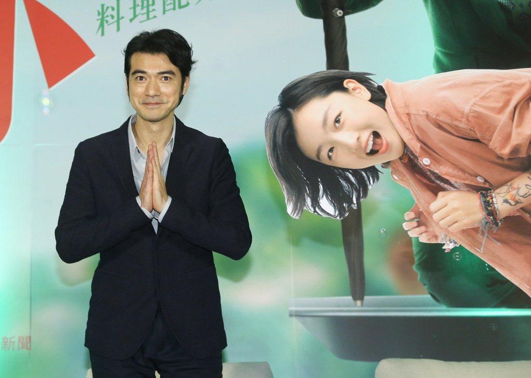 金城武(左)今天下午出席電影「喜歡你」記者會,並與女主角周冬雨的人形立牌合照。記