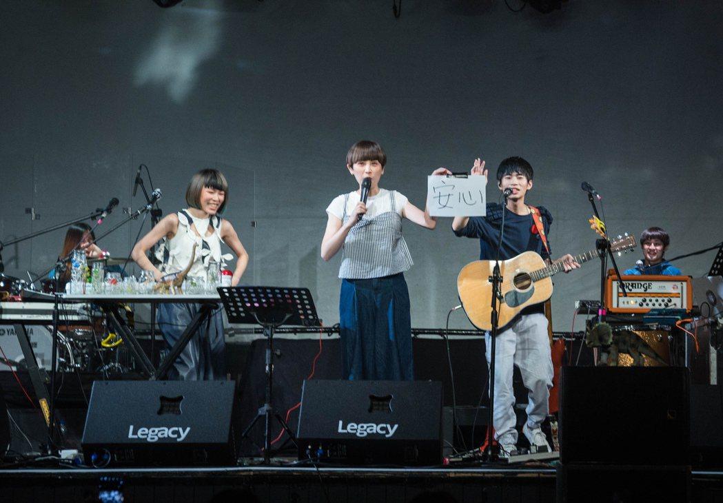 Crispy樂團開唱,魏如萱(中)當嘉賓。圖/索尼提供