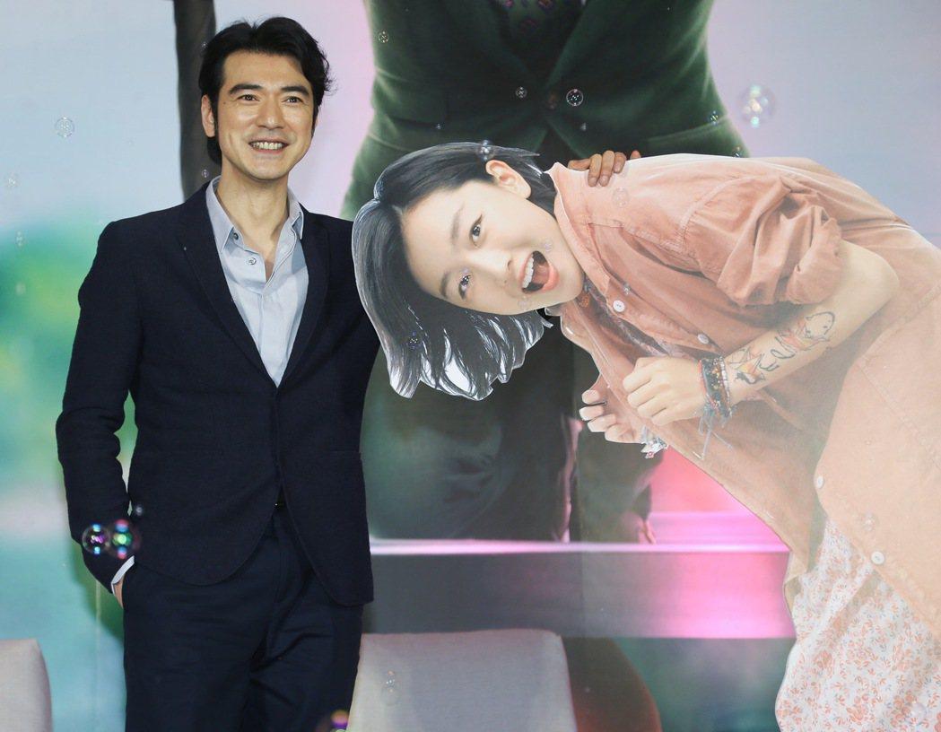 金城武(左)昨天下午出席電影「喜歡你」記者會,並與女主角周冬雨的人形立牌合照。記
