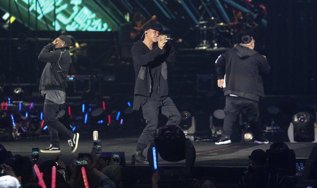 兄弟本色昨天在台北小巨蛋舉辦「日落黑趴最終場」演唱會。記者黃威彬/攝影