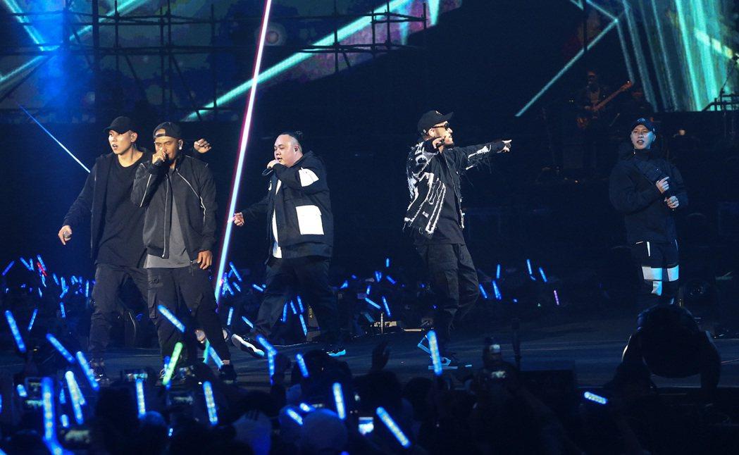 兄弟本色今天晚上在台北小巨蛋舉辦「日落黑趴最終場」演唱會。記者黃威彬/攝影