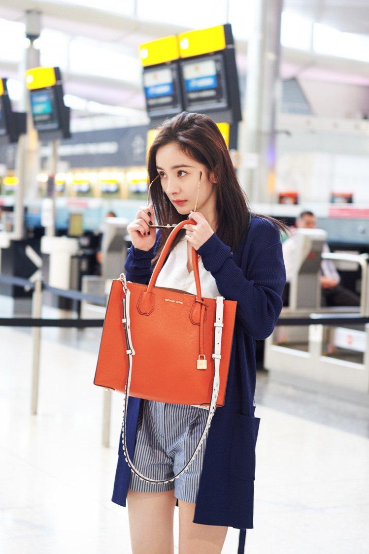 澄橘MERCER手袋是當季新色。圖/MICHAEL KORS提供