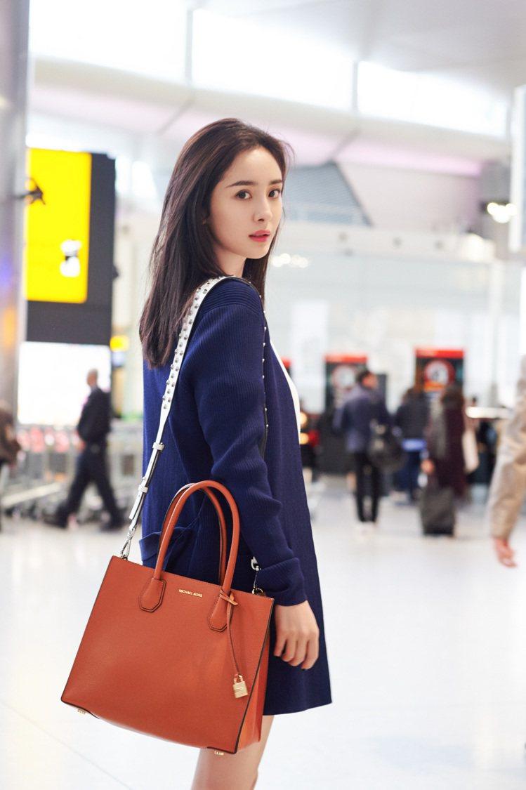 楊冪現場機場準備前往紐約出席Met Gala。圖/MICHAEL KORS提供