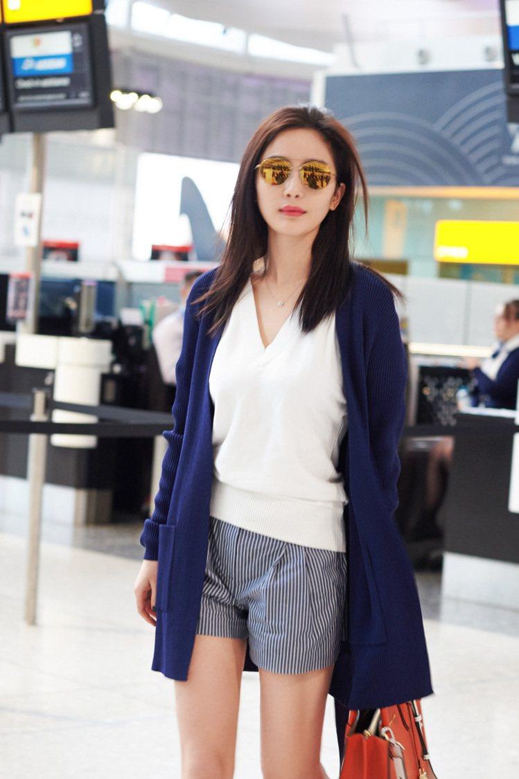 楊冪戴上酷炫的春季新款金色太陽眼鏡。圖/MICHAEL KORS提供