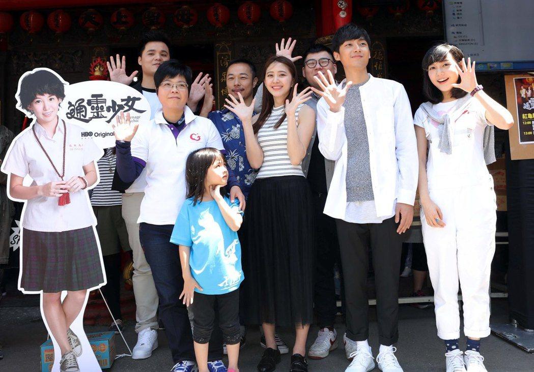「通靈少女」郭書瑤人型立牌取代,索非亞(左起)率劇組演員吳宏修、李英宏、謝翔雅、