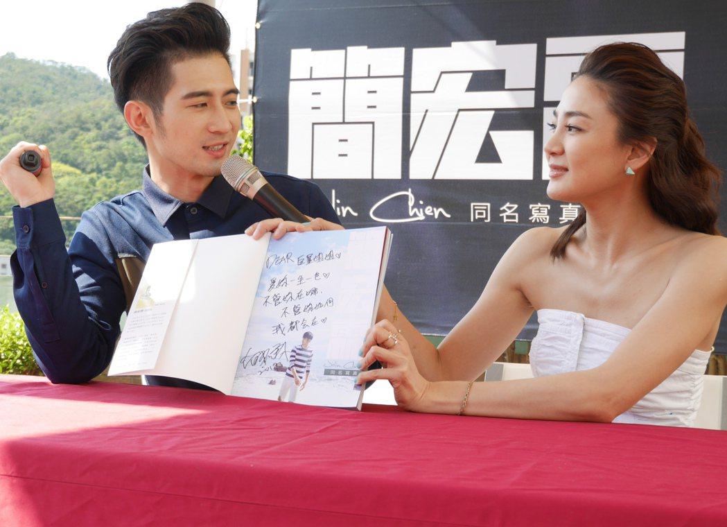 簡宏霖出席首本寫真書簽名會,好友洪小鈴盛裝驚喜現身。圖/周子娛樂提供
