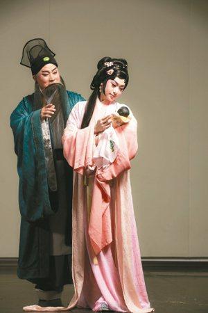 蘇軾(左),唐文華飾;朝雲(右),林庭瑜飾。 圖╱國光劇團提供