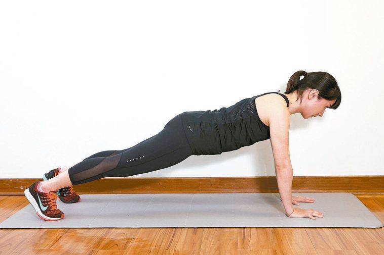手掌撐地平板式效果:屬於核心肌肉訓練,訓練整個腹部肌肉。準備:做出跪姿動...