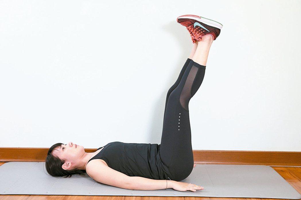 仰臥動態抬腳效果:訓練腹部前側腹直肌。準備:腰貼地躺平於地面,屈膝腳踩地...
